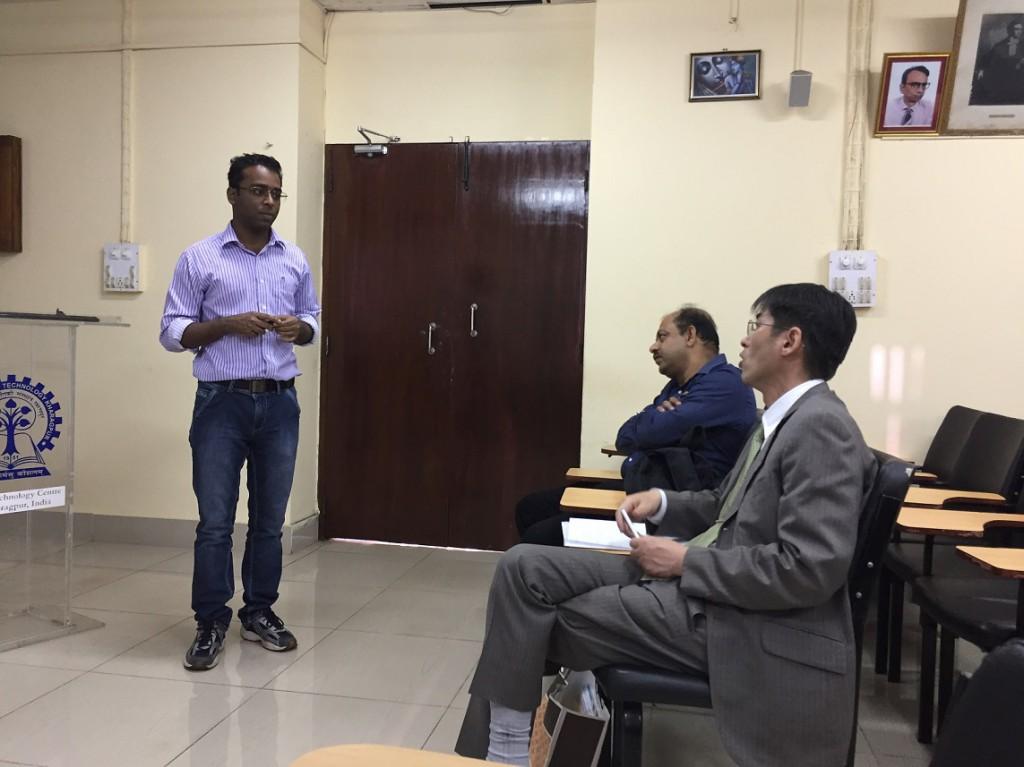 インド工科大学カラグプル校での研究紹介で、白熱した議論を行う佐藤准教授