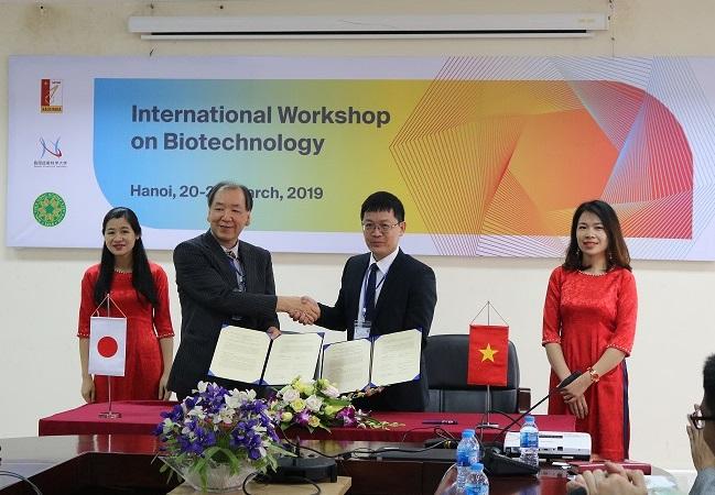 城所 俊一 生物機能工学専攻長とAssoc. Prof. Chu Ky Son,との調印式
